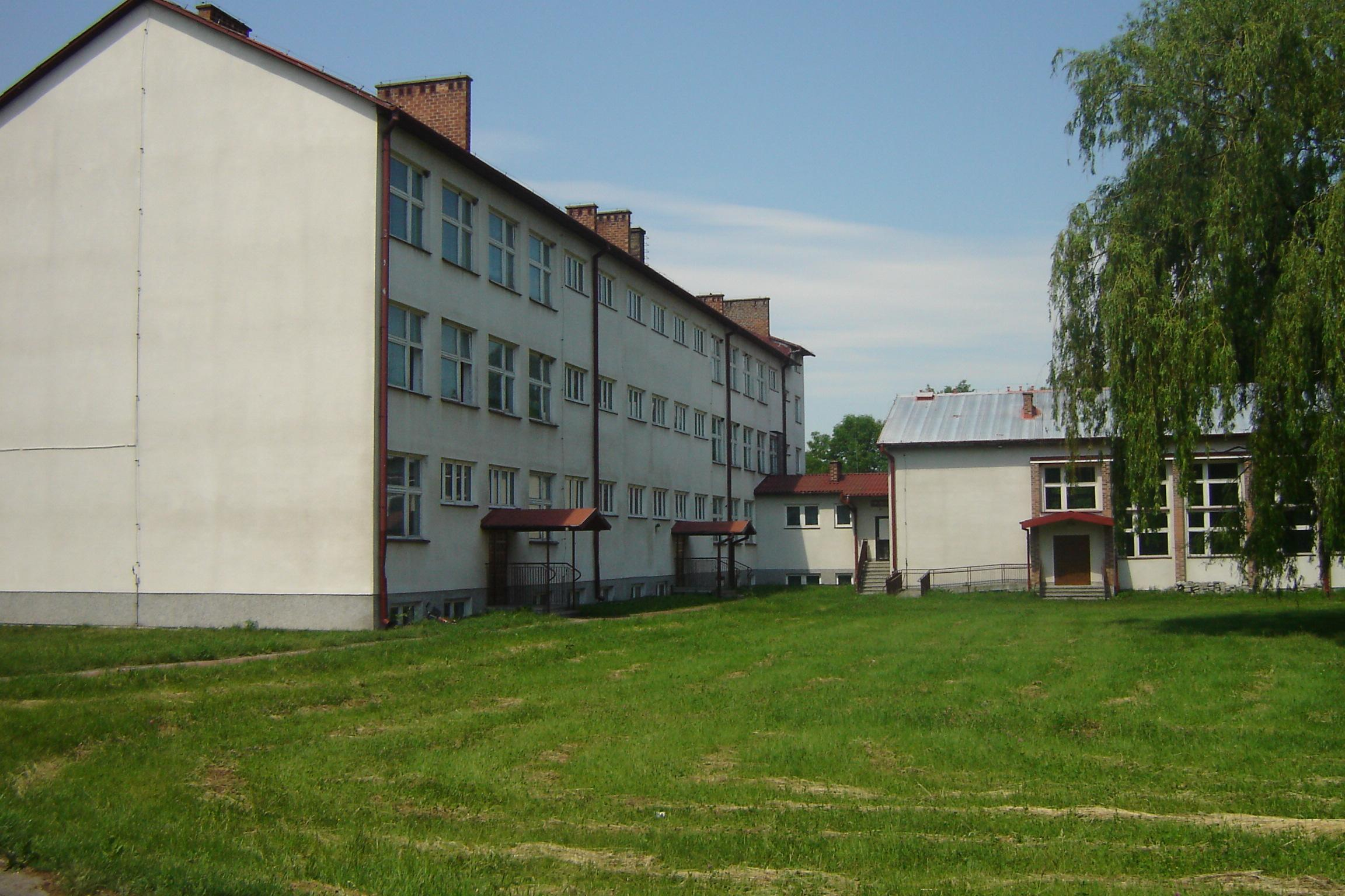 budynek szkolny - widok z tyłu